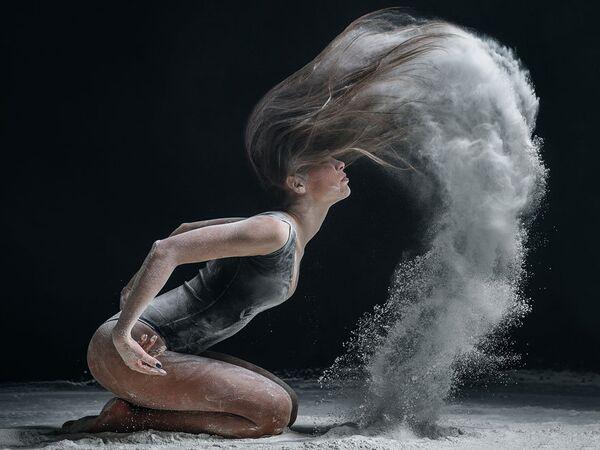 Alexander Yakovlev người Moskva là một nhiếp ảnh gia có tiếng về chuyển tải vũ điệu lên ảnh. - Sputnik Việt Nam