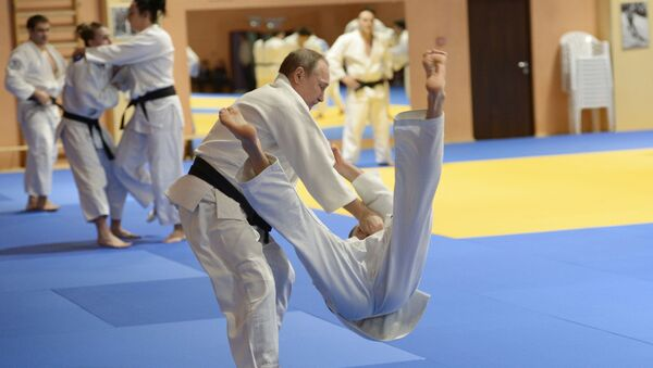 Tổng thống Vladimir Putin trong buổi tập với các thành viên đội tuyển  judo quốc gia Nga  - Sputnik Việt Nam