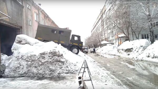 Tài xế Nga thông minh ra khỏi gara như thế nào sau cơn bão tuyết? - Sputnik Việt Nam