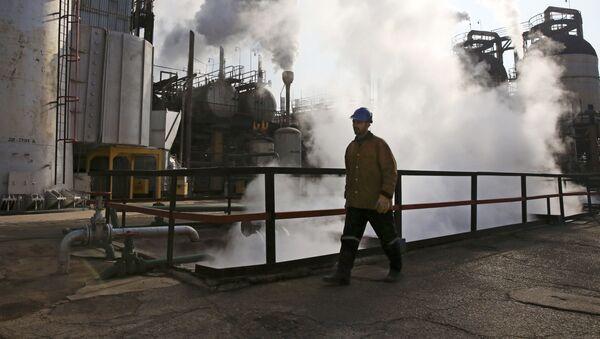 Рабочий на иранском нефтеперерабатывающем заводе к югу от Тегерана - Sputnik Việt Nam