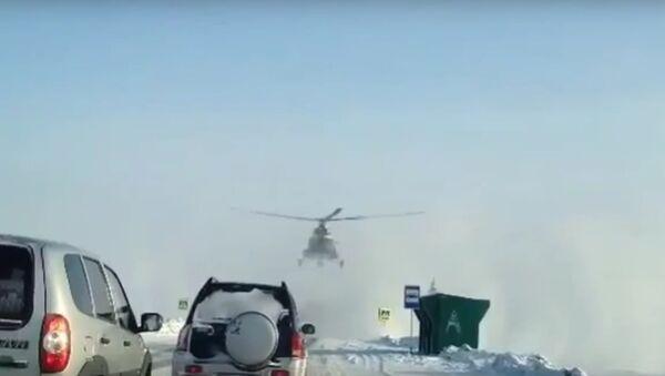 Trực thăng Mi-8 hạ xuống đường cao tốc liên bang ở Altay - Sputnik Việt Nam