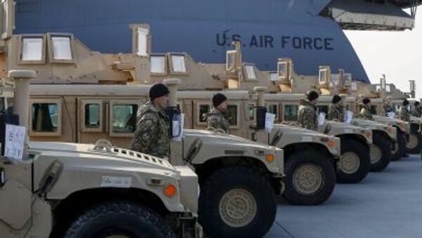 Quân nhân Ukraine bên những chiếc xe Humvee của quân đội Mỹ - Sputnik Việt Nam