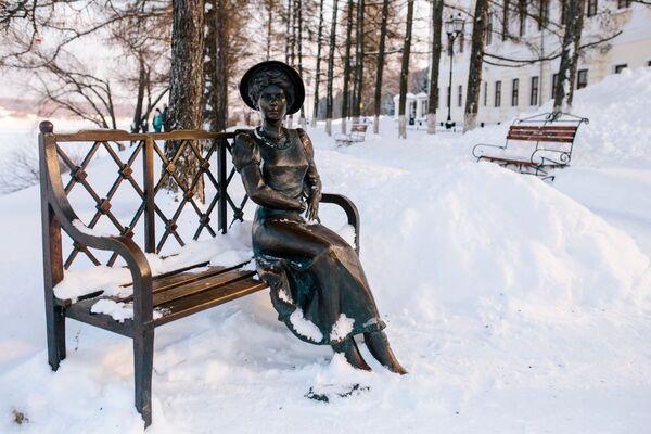 Tác phẩm điêu khắc Nữ cư dân nhà ngoại ô (Dachnhitsa), thị trấn Plios. - Sputnik Việt Nam
