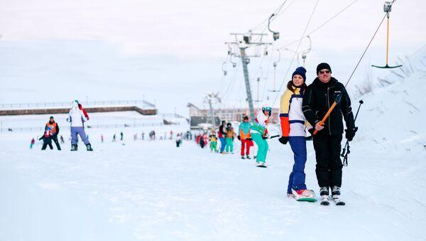 Người yêu thích thể thao mùa đông tại tổ hợp trượt tuyết Milovka, thị trấn Plios. - Sputnik Việt Nam