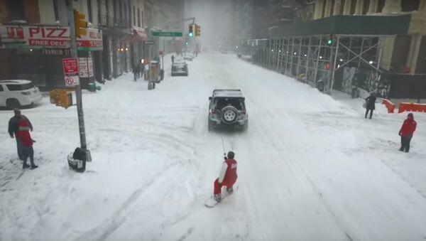 Người yêu mạo hiểm chơi ván trượt ở thành phố New York bị tuyết bao phủ - Sputnik Việt Nam