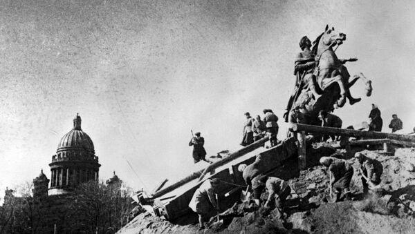 Tượng đài Pyotr I trong thời gian Leningrad bị vây hãm - Sputnik Việt Nam