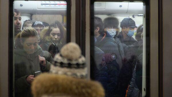 Hành khách tàu điện ngầm Moskva đeo mặt nạ - Sputnik Việt Nam
