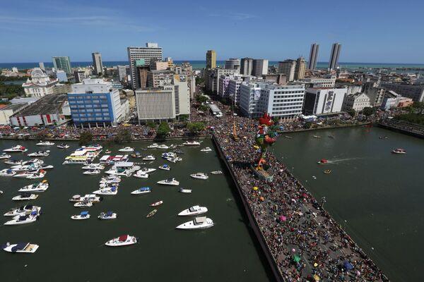 Hàng chục ngàn người dự lễ rước Buổi sáng của gà trống ở Recife, Brazil, ngày 6 tháng 2 năm 2016. Hoạt động đã được đưa vào Sách kỷ lục Guinness. - Sputnik Việt Nam