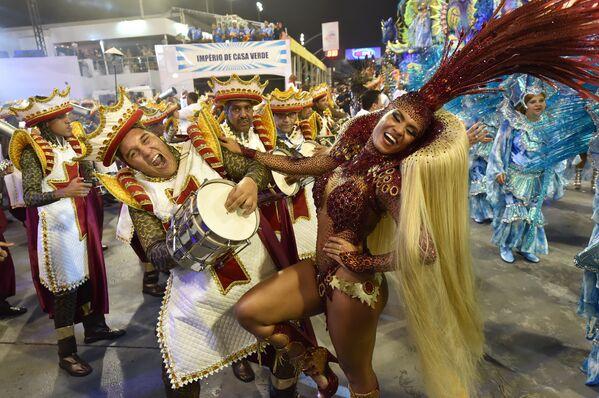 Các vũ công trường samba Imperio de Casa Verde diễu hành lễ hội hóa trang Sao Paulo, ngày 6 tháng 2 năm 2016. - Sputnik Việt Nam