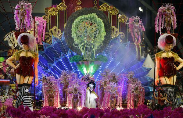 Các vũ công trường samba Vai-Vai diễu hành lễ hội hóa trang Sao Paulo, ngày 7 tháng 2 năm 2016. - Sputnik Việt Nam