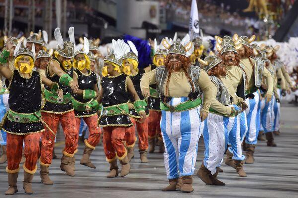 Các vũ công trường samba Vai-Vai thể hiện phong cách Pháp bằng màn diễn Je suis Vai-Vai. Bem-Vindos a França! Lễ hội Sao Paulo ngày 7 tháng 2 năm 2016. Bên cạnh họ là Tổng Lãnh sự Pháp Demian Loras. - Sputnik Việt Nam
