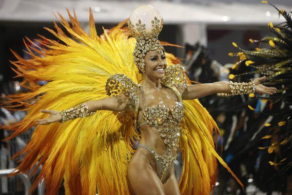 Người mẫu và nữ diễn viên Sabrina Sato, Brazil thuộc trường múa samba Gavioes da Fiel, trong đoàn diễu hành tại Sao Paulo, Brazil, ngày 6 tháng 2 năm 2016. - Sputnik Việt Nam