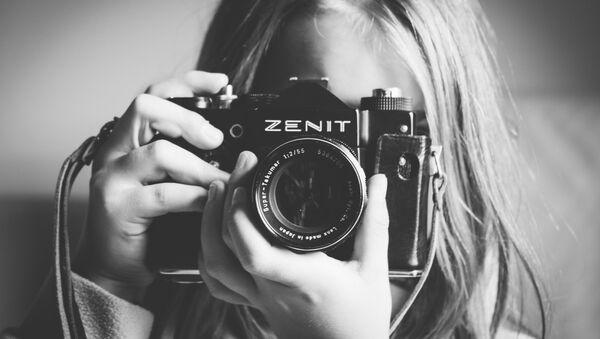 Cô gái với máy ảnh Zenit do Liên Xô chế tạo - Sputnik Việt Nam