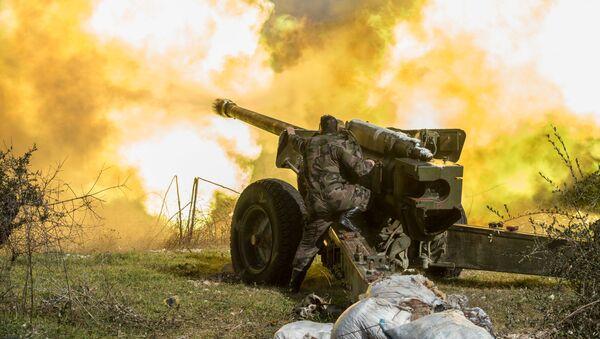 Các xạ thủ của quân đội Syria nã pháo vào các cứ điểm ở tỉnh Idlib, đông bắc Syria - Sputnik Việt Nam