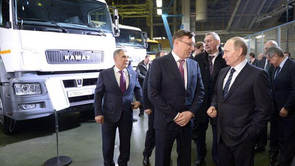 Ông Putin hứa tiếp tục dành hỗ trợ cho nhà máy KamAZ - Sputnik Việt Nam