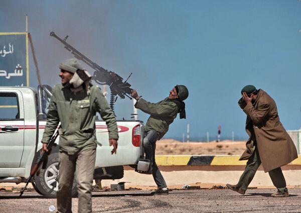Chiến binh đối lập bắn súng phóng lựu từ chiến đấu cơ xuống thành phố Ras Lanuf ở Libya. - Sputnik Việt Nam