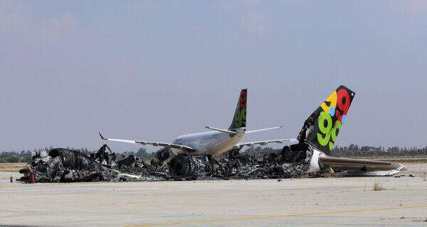 Chiếc máy bay chở khách cháy rụi tại phi trường Tripoli, Libya. - Sputnik Việt Nam