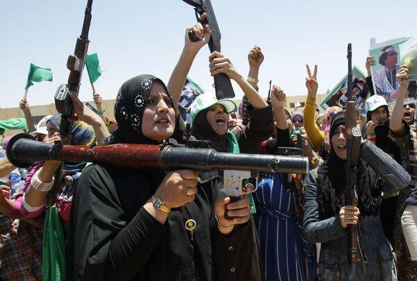 Phái ủng hộ Muammar Gaddafi với vũ khí trong  cuộc tập luyện quân sự tại thành phố Bani Walid ở Libya. - Sputnik Việt Nam
