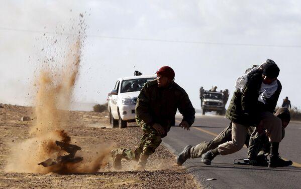 Các dân quân trong vụ ném bom bên cạnh thành phố Bin Jawad ở Libya. - Sputnik Việt Nam