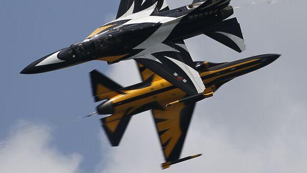 """Nhóm thuật lái nhào lộn """"Hắc ưng"""" của Không quân Hàn Quốc tại lễ khai mạc Singapore Airshow 2016. - Sputnik Việt Nam"""