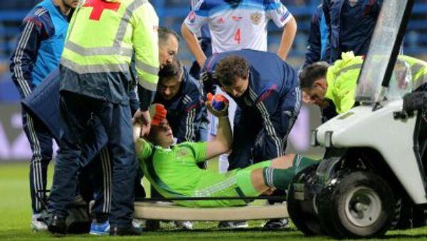 Cầu thủ bóng đá Nga Igor Akinfeev bị thương trong trận đấu - Sputnik Việt Nam