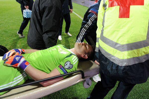 Thủ môn Nga Igor Akinfeev, bị thương trong trận đấu vòng loại Giải vô địch bóng đá châu Âu 2016 giữa đội tuyển quốc gia Montenegro và Nga, được các nhân viên y tế đưa ra khỏi sân. - Sputnik Việt Nam