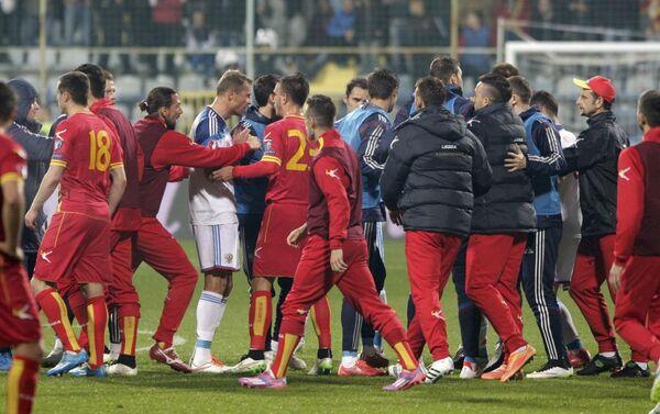 Cầu thủ Nga ẩu đả với cầu thủ Montenegro trong vòng loại Giải vô địch bóng đá châu Âu 2016. - Sputnik Việt Nam