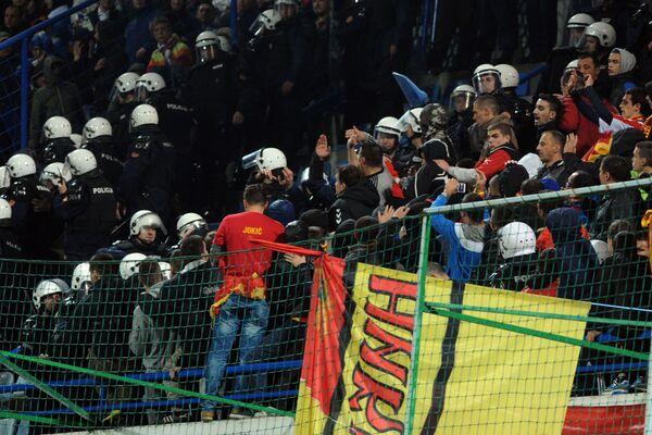 Đặc nhiệm giải tán các cổ động viên ẩu đả trong trận đấu vòng loại Giải vô địch bóng đá châu Âu 2016 giữa đội tuyển quốc gia Montenegro và Nga - Sputnik Việt Nam