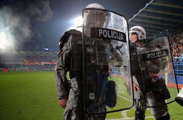 Cảnh sát trong trận đấu vòng loại Giải vô địch bóng đá châu Âu 2016 giữa đội tuyển quốc gia Montenegro và Nga - Sputnik Việt Nam