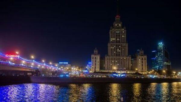Cảnh khách sạn Radisson Royal Matxcơva sau khi tắt đèn hưởng ứng hoạt động sinh thái Giờ Trái đất ở thủ đô Nga. - Sputnik Việt Nam