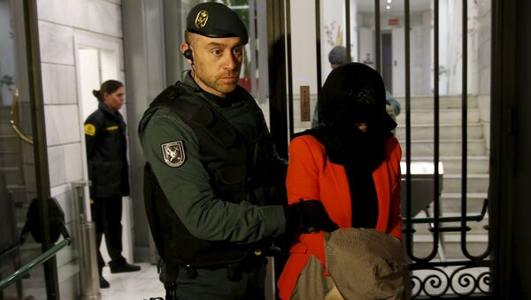 A suspect is led by a Spanish Civil Guard officer as they leave the headquarters of Industrial and Commercial Bank of China (ICBC) during a raid in Madrid, Spain, February 17, 2016 - Sputnik Việt Nam