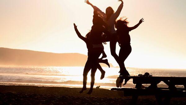 Các thiếu nữ nô đùa trên bãi tắm - Sputnik Việt Nam