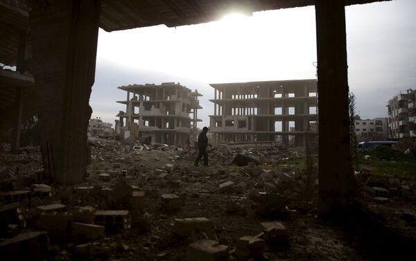 Người đàn ông đứng giữa đống đổ nát trong khu vực Djobar ngoại ô Damascus do phe đối lập Syria kiểm soát - Sputnik Việt Nam