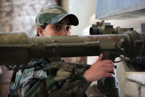 Nữ bắn tỉa của tiểu đoàn phụ nữ Syria bắn vào quân nổi dậy bằng súng phóng lựu - Sputnik Việt Nam