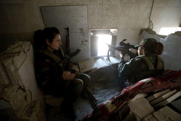 Nữ bắn tỉa của tiểu đoàn phụ nữ Syria bắn vào quân nổi dậy từ nơi ẩn nấp - Sputnik Việt Nam