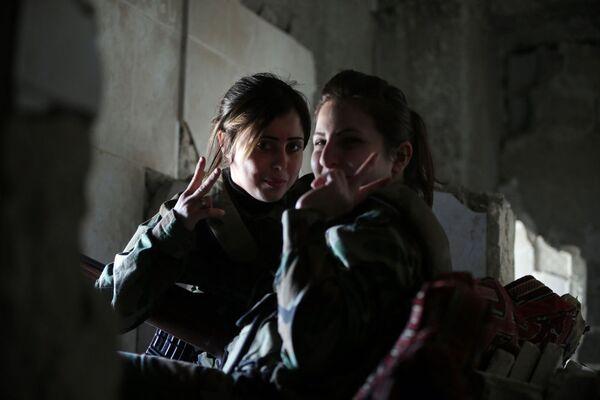 Các nữ tay súng bắn tỉa Tiểu đoàn Phụ nữ Syria trong công sự - Sputnik Việt Nam