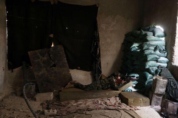 Nữ tay súng bắn tỉa Đội cận vệ cộng hòa nổ súng từ nơi trú ẩn. - Sputnik Việt Nam