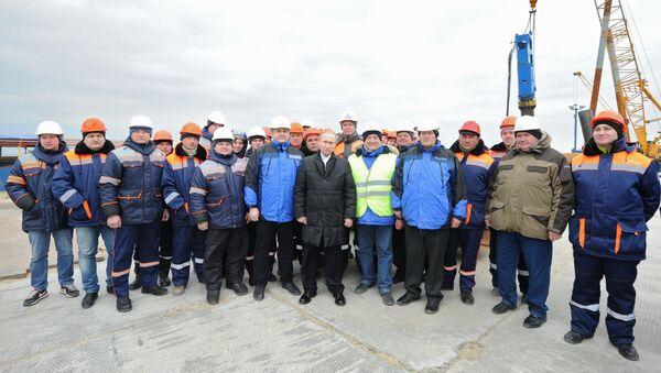 Tổng thống Nga Vladimir Putin đã đến thăm công trường xây dựng đoạn cầu Kerch - Sputnik Việt Nam