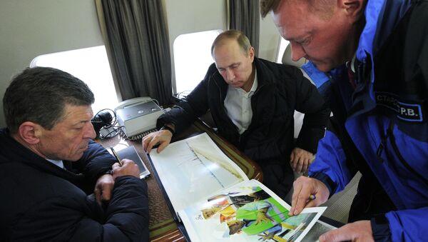 Tổng thống Nga Vladimir Putin trong chuyến bay thị sát ngang qua eo biển Kerch. - Sputnik Việt Nam