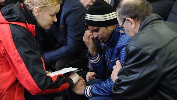Thân nhân của các hành khách  máy bay Boeing-737-800 bị rơi trong khi hạ cánh tại sân bay Rostov-na-Donu. - Sputnik Việt Nam