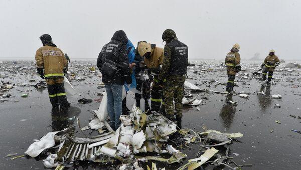 Các nhân viên cứu hộ  tại địa điểm tai nạn - Sputnik Việt Nam