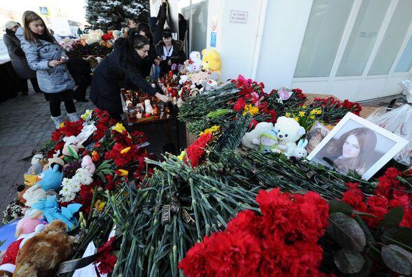 Hoa tại sân bay của Rostov-na-Donu, nơi máy bay chở khách Boeing-737-800 bị tai nạn - Sputnik Việt Nam