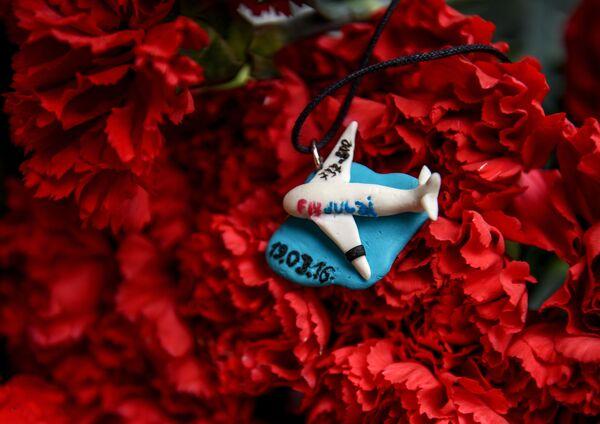 Người dân Moskva mang hoa đến văn phòng  đại diện của tỉnh Rostov tại thủ đô để tưởng nhớ những người thiệt mạng trong vụ tai nạn máy bay chở khách Boeing-737-800 - Sputnik Việt Nam