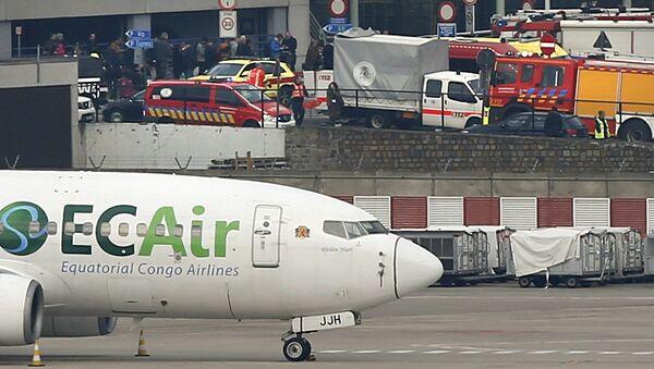 Xe cứu thương và xe cứu hỏa tại điểm xảy ra vụ nổ ở sân bay Brussels, Bỉ - Sputnik Việt Nam