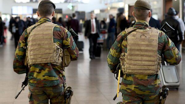Binh lính của quân đội tuần tra tại sân bay Brussels - Sputnik Việt Nam