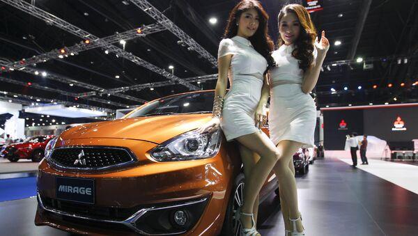 Các người mẫu bên xe Mitsubishi Mirage trong triển lãm ôtô quốc tế lần thứ 37 tại Bangkok, Thái Lan - Sputnik Việt Nam