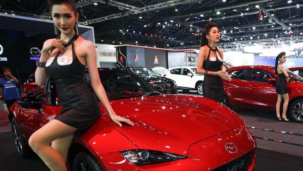 Các người mẫu bên xe Mazda MX-5 trong triển lãm ôtô quốc tế lần thứ 37 tại Bangkok, Thái Lan - Sputnik Việt Nam