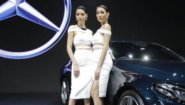 Các người mẫu bên xe Mercedes-Benz E220d trong triển lãm ôtô quốc tế lần thứ 37 tại Bangkok, Thái Lan - Sputnik Việt Nam