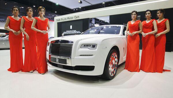 Các người mẫu bên xe Rolls-Royce KoChaMongkol Extended Wheelbase Ghost trong triển lãm ôtô quốc tế lần thứ 37 tại Bangkok, Thái Lan - Sputnik Việt Nam