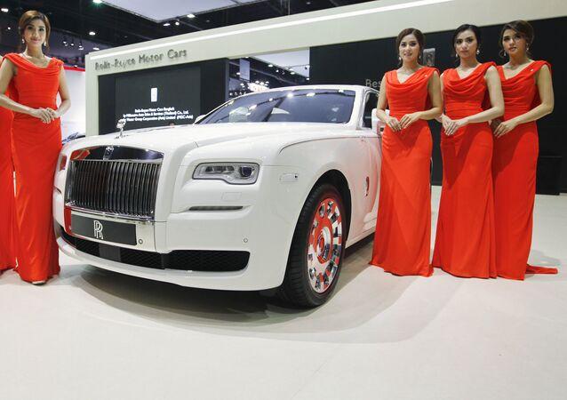 Các người mẫu bên xe Rolls-Royce KoChaMongkol Extended Wheelbase Ghost trong triển lãm ôtô quốc tế lần thứ 37 tại Bangkok, Thái Lan